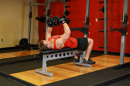 Упражнение на грудные мышцы с гантелями на скамье